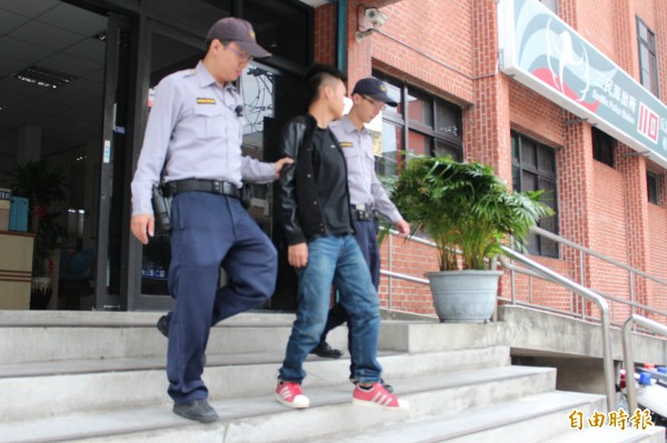 大學肄業的陳姓男子(中)透過報紙應徵成了詐欺集團的車手,今天被移送法辦。(記者黃美珠攝)