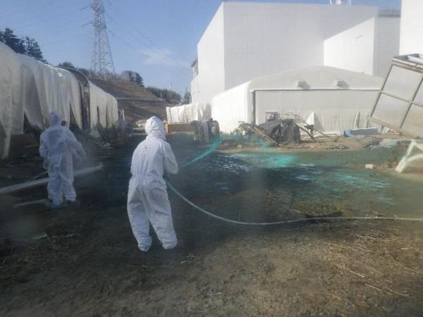 2011年8月,福島核災後5個月,日本工作人員進入福島核電廠進行清理。(路透社)