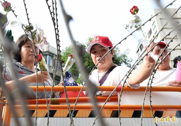 數百名「挺柱」民眾抗議,日前將玫瑰花插在警方架設的蛇籠、拒馬上,表達對洪秀柱的聲援。(資料照,記者廖振輝攝)