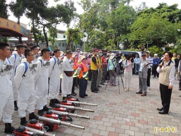 台南市長賴清德(右一)慰勉市府官員與國軍弟兄犧牲國慶連假投入防疫。(資料照,記者王俊忠攝)