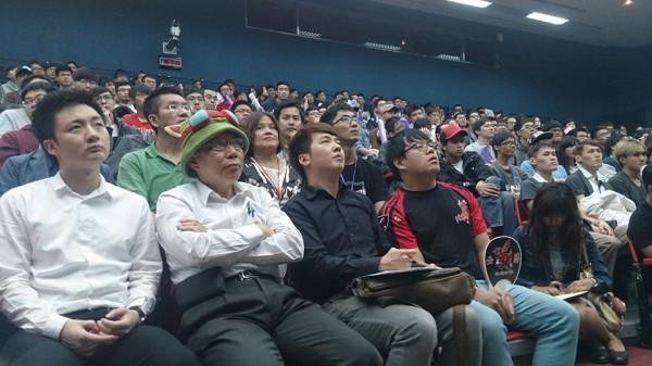 台北市長柯文哲頭戴提摩帽,專注的在現場欣賞比賽直播。(圖擷取自遊戲基地)