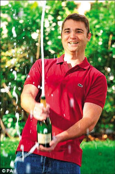 英國二十六歲大兵海伍德(Jon Heywood)只花不到台幣十五元下注,卻中了約台幣六.七億元的大獎,為線上吃角子老虎遊戲史上最高彩金。(取自網路)