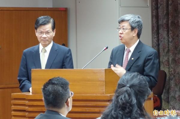 中研院長翁啟惠(左)、副院長陳建仁(右)上台接受立委質詢。(記者吳柏軒攝)