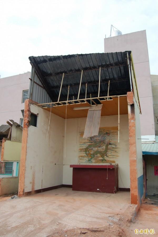 北辰路廟宇昨晚拆除,道路拓寬工程恢復施工。(記者陳燦坤攝)