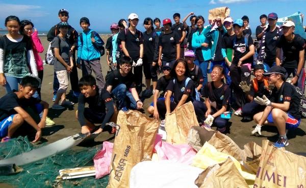 新北市板橋區江翠國中三十八位師生發起淨灘行動,將人為遺留垃圾帶離美麗海灣。(江翠國中提供)
