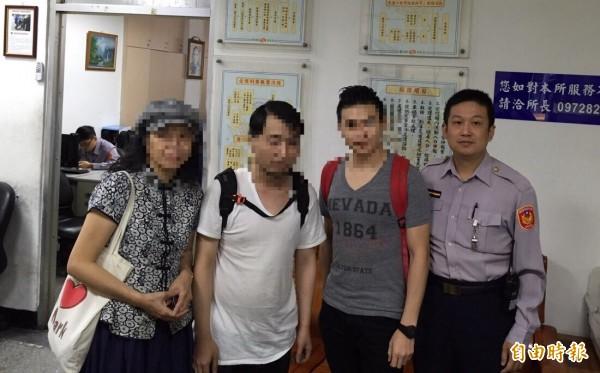 白色上衣為高姓港男(32歲),灰色上衣為方姓香港領隊,另女士為梁姓台灣導遊。(記者吳仁捷攝)