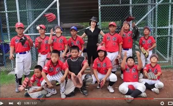 2016長榮空姐愛心年曆也遠赴台東與桃源國小棒球隊孩童一起合影。(翻攝自2016長榮空姐年曆拍攝花絮)