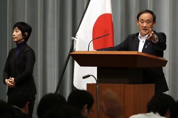 日本內閣官房長菅義偉(圖右)日前否認在華間諜行為。(美聯社資料照)