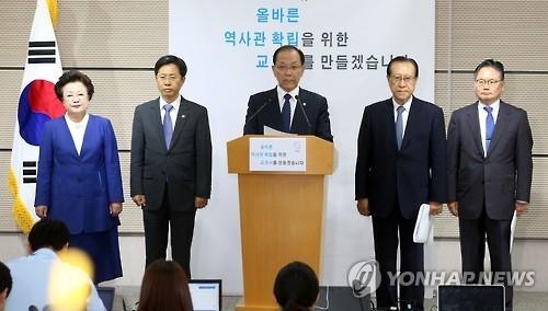 南韓教育社會文化副總理、教育部長黃祐呂(中)今在記者會宣布,將收回民間自編教科書權力,未來國、高中的歷史課本將只有「國編版」。(圖擷取自韓聯社)