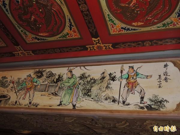 館內壁樑隨處可見國寶彩繪大師潘麗水的作品。(記者葛祐豪攝)