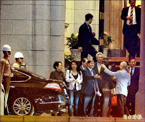 馬英九總統昨晚依慣例邀宴國民黨立委,出席的藍委們會後陸續步出總統府,據轉述,席間全未談及「換柱」議題。(記者王藝菘攝)