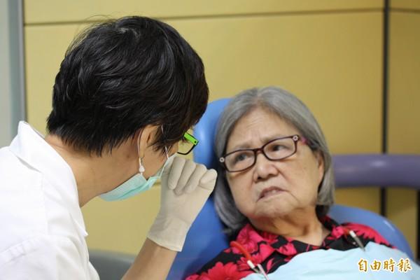 市府預計明年再編列6000萬元的老人假牙補助預算,讓更多長輩受惠。(記者林欣漢攝)