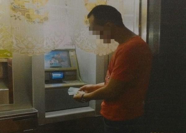 盧姓車手已經領到錢離開提款機了,卻因當街數錢,錢露白而被查獲。(記者楊政郡攝)