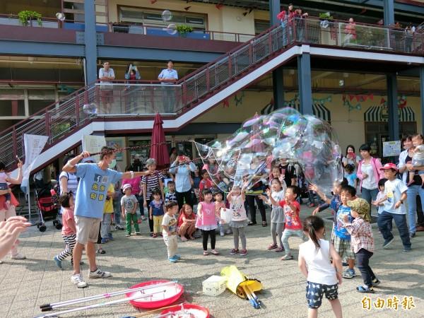 泡泡奇蹟達人許日榮表演製造各式特殊造型泡泡,與親子們同樂。(記者王俊忠攝)