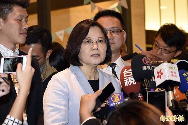 民進黨主席蔡英文(中)表示,台灣人不是最關心國民黨要換誰選,大家比較希望明年換黨執政。(記者陳志曲攝)