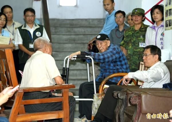 台北市長柯文哲今日前往吳興新村,訪視國軍單身退員宿舍裡的榮民,並閒話日常生活。(記者方賓照攝)