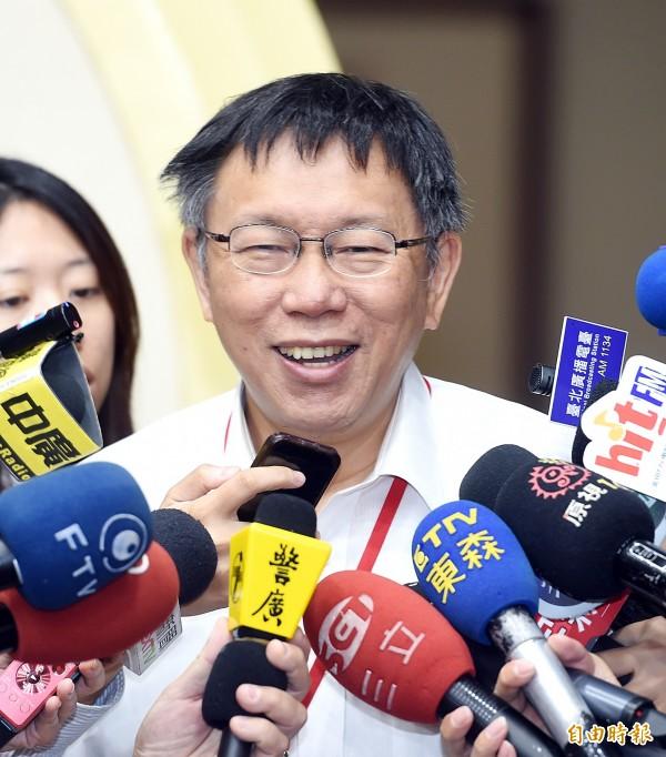 媒體問台北市長柯文哲是否要在嗡嗡包、毛巾上簽名?柯文哲笑說:「這樣的話要加錢。」(資料照,記者方賓照攝)