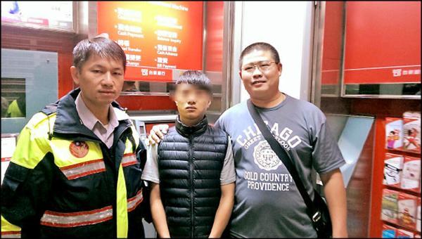 高市績優警員郭哲榮(右)參加市警局旅遊,見飯店ATM提款機旁一男子形跡可疑,上前盤查身分,當場逮住21歲詐騙集團車手(中)。(記者陳文嬋翻攝)