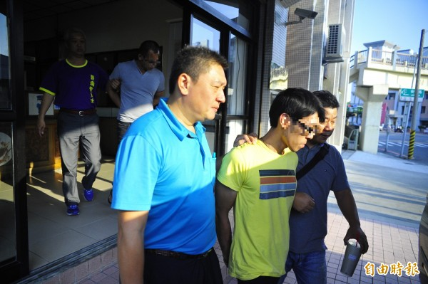 張男(著黃衣者)與蔡男(後排著灰衣者)犯下兩案後不到10小時就遭警方逮捕。(記者王捷攝)
