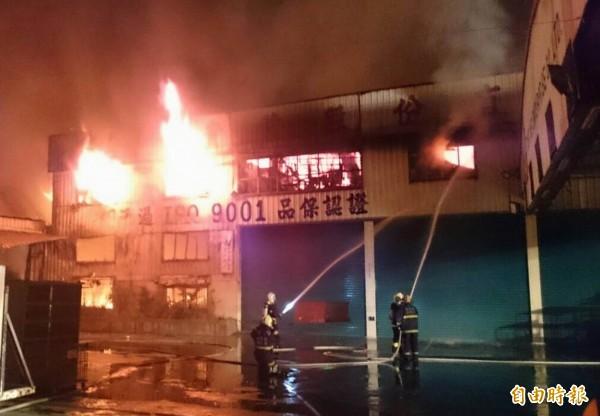 彰化市線東路1間家具行今天凌晨發生大火,2000坪的工廠陷入火海,消防員潘水灌救。(記者湯世名攝)