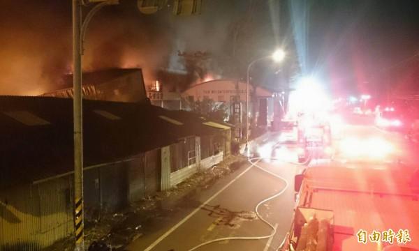 彰化市線東路1間2000坪的家具行今天凌晨發生大火,消防局共派出26輛消防車趕往灌救。(記者湯世名攝)