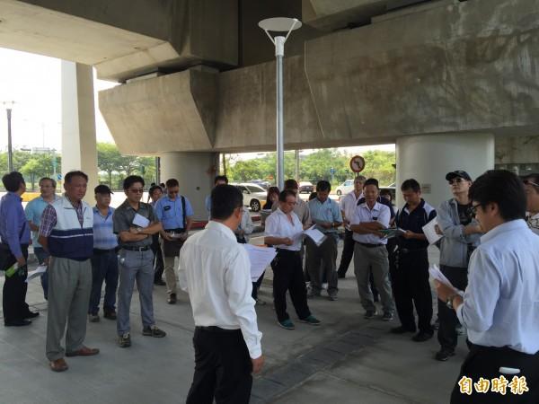 高鐵雲林車站下游包商今日齊聚高鐵雲林站開會,不排除發動抗爭阻撓12月1日雲林站營運。(記者黃淑莉攝)