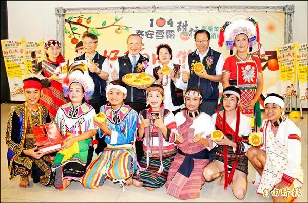 泰安鄉「雪霸甜柿」上市,同時舉辦促銷活動,邀遊客來泰安品甜柿、泡好湯,體驗原民風情。(記者彭健禮攝)