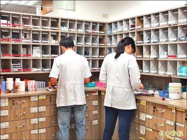 藥物多元,民眾就醫時應將正在服用的藥物交由醫師、藥師協助整合,避免重複用藥。(記者王秀亭攝)
