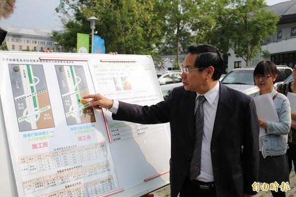 嘉義市長涂醒哲昨向當地民眾提出「忠孝路檜意森活村段慢車道改設行人徒步區」交通改善方案。(記者丁偉杰攝)