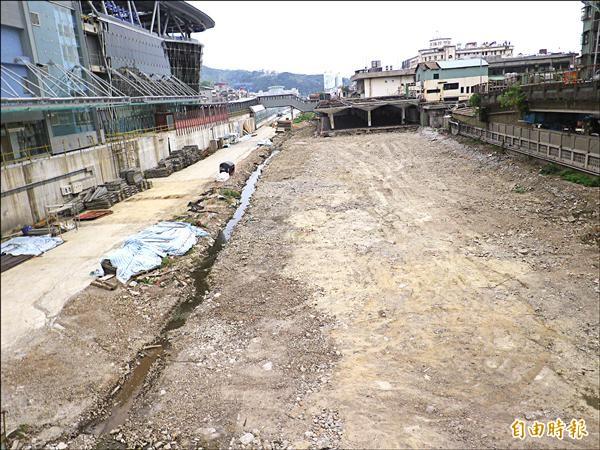 台鐵基隆新站前廣場工程停擺。(記者盧賢秀攝)