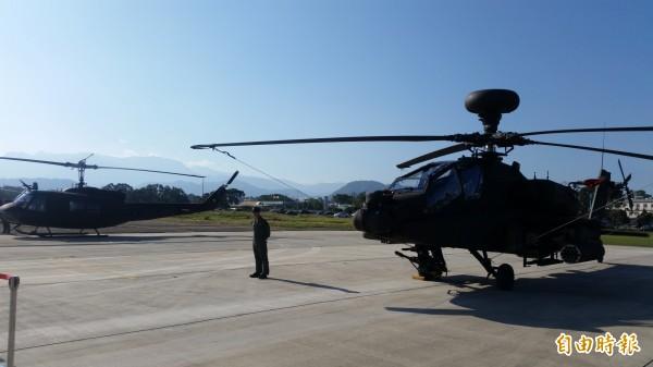 軍方開放參觀阿帕契攻擊直升機。(記者周敏鴻攝)