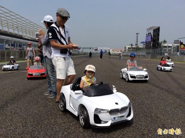超萌小超跑在大鵬灣國際賽道路賽車,小朋友好樂。(記者葉永騫攝)