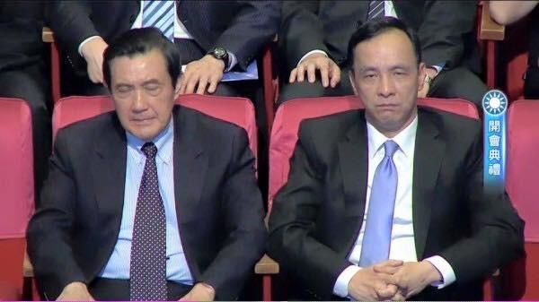政大教授陳芳明在臉書上貼文,說道朱立倫和馬英九臨全會時並坐在台下的表情,像是在辦喪事一樣,並指出此為「台灣民主最黑暗最醜陋的一幕」。(圖片取自陳芳明臉書)