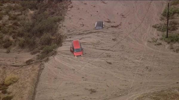 南加州昨傳出土石流災情,包含75輛大型卡車在內,共有約190輛車遭泥流淹沒。(圖擷自twitter)