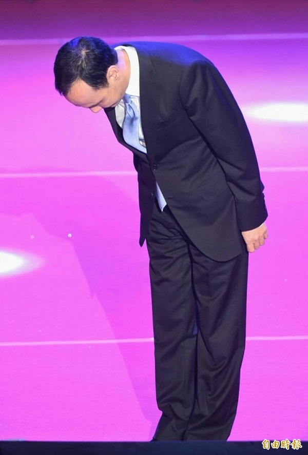 朱立倫今天在臨全會中鞠躬道歉,呼籲國民黨團結。(記者廖振輝攝)