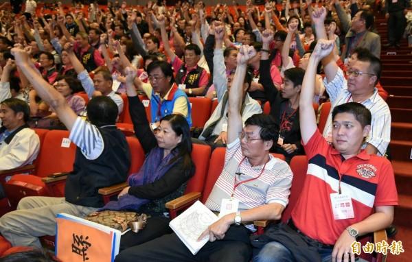 黨代表舉手表決通過廢止提名洪秀柱案。(記者廖振輝攝)
