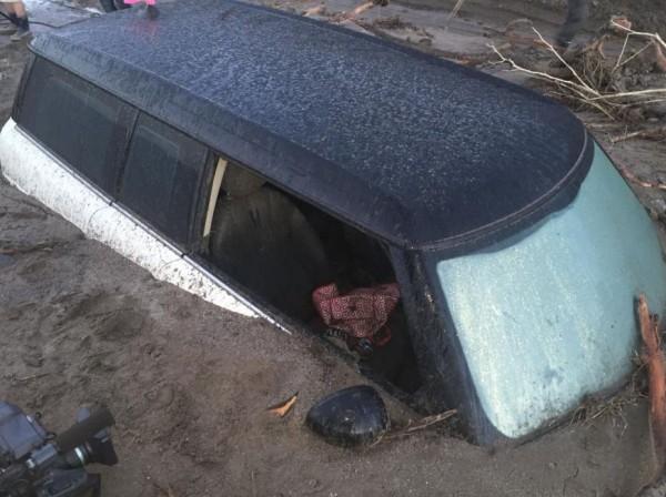 許多駕駛受驚之餘只能倉皇逃生,但因事發突然,也有部分來不及逃生的駕駛只能待在車內等待救援。(圖擷自twitter)