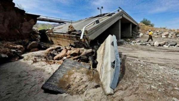 南加州土石流帶來嚴重災情,在泥沙完成清運前,當局也只能先暫時封閉受災路段。(圖擷自twitter)