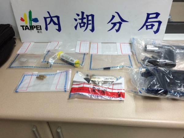警方在孫姓包商及3名工人身上查獲安毒共9.22公克、吸食器、玻璃球及改造手槍1把、改造手槍半成品1枝、模型子彈2顆等證物。(記者陳恩惠翻攝)