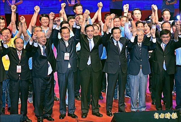 國民黨昨日在台北國父紀念館召開臨全會,確定徵召黨主席朱立倫(前右四)參選總統。總統馬英九(前右三)與國民黨要角手牽手造勢。(記者廖振輝攝)