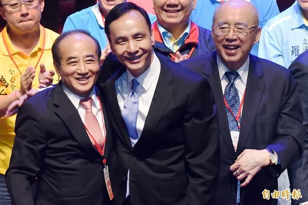 國民黨17日在台北國父紀念館召開臨時全國代表大會,確定徵召黨主席朱立倫(前右)參選總統。(記者廖振輝攝)