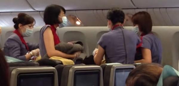華航的前空姐大爆內幕,還原當時機上的真實狀況。(圖擷取自YouTube)