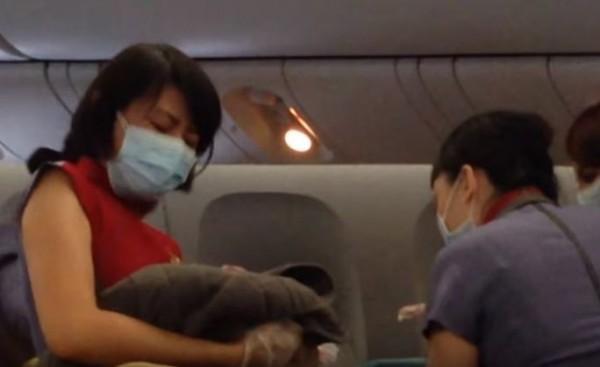 華航日前發生桃園飛往洛杉磯航班有名孕婦在機上生產。(圖擷取自YouTube)