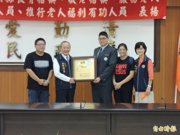 就讀縣立三義高中18歲的高興(左3)獲敬老楷模殊榮,苗栗縣長徐耀昌(左2)頒獎表揚。(記者張勳騰攝)