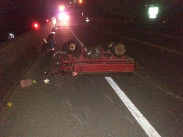 黃男駕駛的農用搬運車被撞翻。(記者歐素美翻攝)