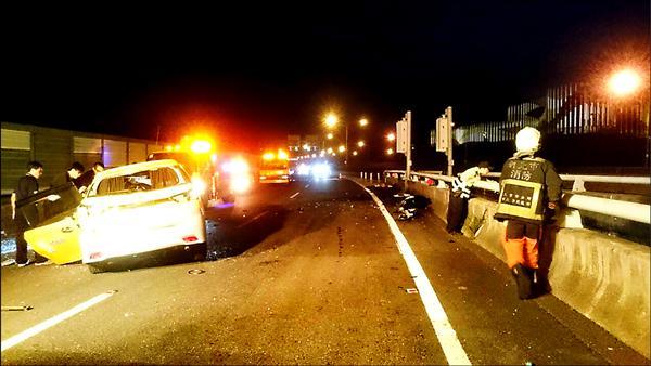 警、消人員不知道後座的曾男就是駕駛,在橋上查看有無其他人跌出車外。(記者吳昇儒翻攝)