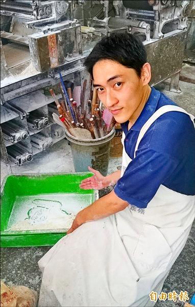 第三代製麵師傅洪健昌,製麵空檔就被麵粉和麵條作畫。(記者陳鳳麗攝)