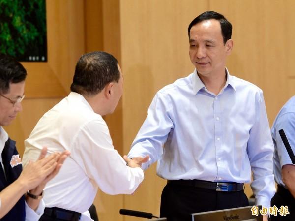 新北市長朱立倫(右)今日上午出席新北市政會議,宣布將帶職參選總統。(記者羅沛德攝)