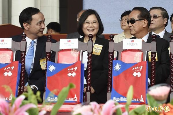 總統參選人蔡英文(中)、朱立倫(左)、宋楚瑜(右)曾在10日出席國慶大會。(資料照,記者陳志曲攝)