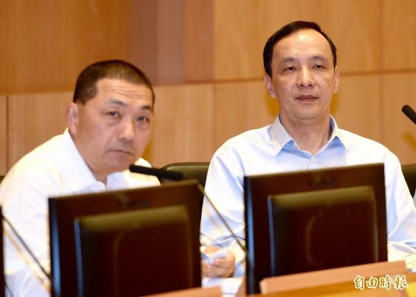 新北市長朱立倫(右)今日出席新北市政會議,宣布將請假帶職參選總統,市政職務由副市長侯友宜(左)代理。(記者羅沛德攝)